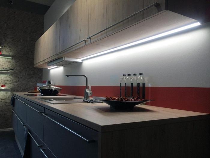 Недостаток освещения делает кухню маленькой и неуютной. / Фото: postroiv.ru