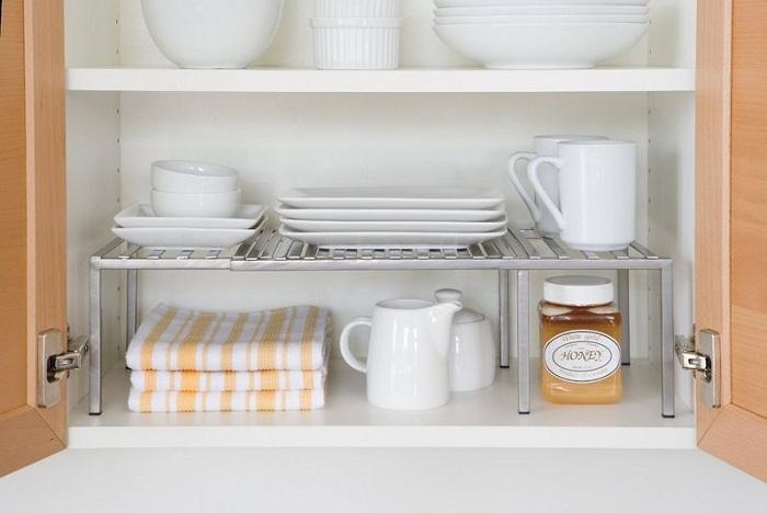 Установите в шкафу дополнительные полочки для удобного расположения посуды. / Фото: bt-women.com.ua