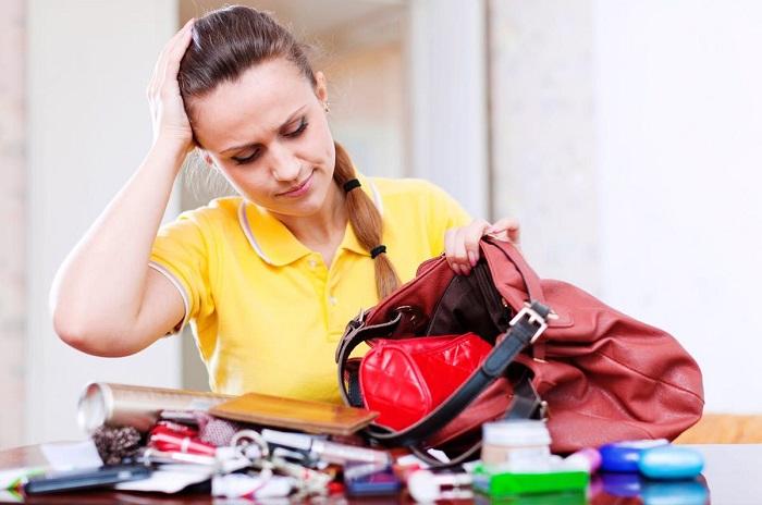Не всегда потерянная вещь находится в сумке. / Фото: fb.ru