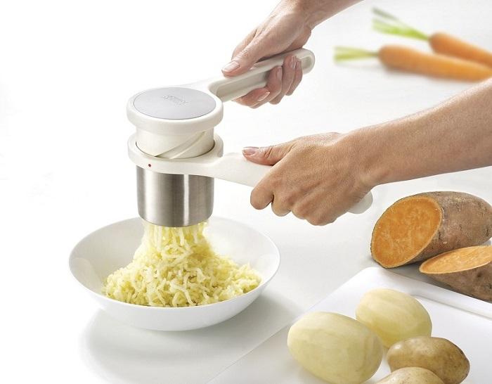 Пресс-толкушка облегчает процесс приготовления пюре. / Фото: teplota.ua