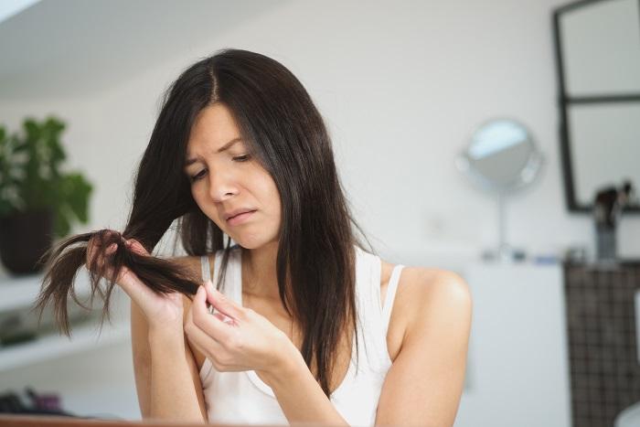 Из-за неправильного рациона волосы секутся и ломаются. / Фото: cosmetomed.ru
