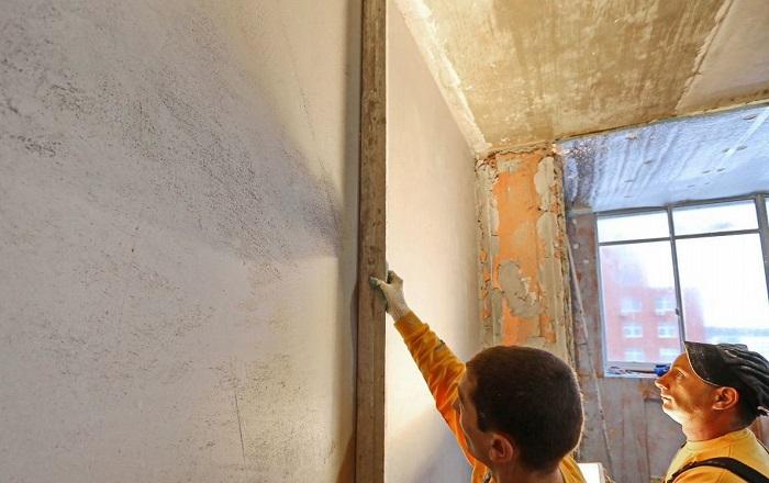 На одном из этапов ремонта нужно проверить, ровные ли стены. / Фото: vadim-dekor.ru