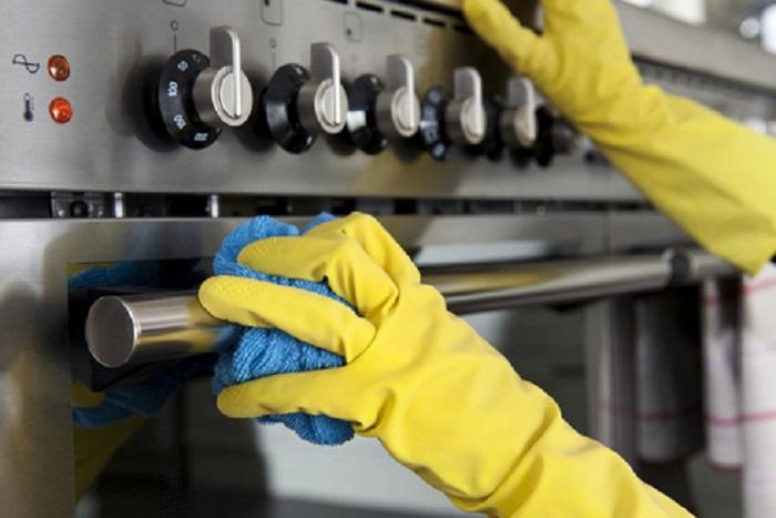 Протрите влажным полотенцем газовую плиту, чтобы не было разводов. / Фото6 pro-men.ru