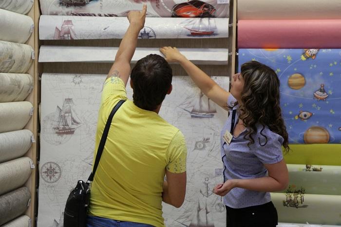Дешевые обои подчеркнут недостатки стен. / Фото: pro100jremont.ru