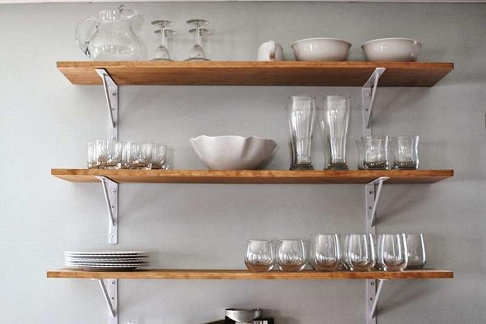 Стеклянная посуда на открытых полках будет очень быстро покрываться пылью. / Фото: prodietaclub.ru