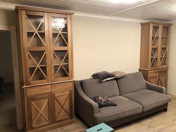Массивные деревянные шкафы занимают много места в гостиной. / Фото: proffstroygroup.ru