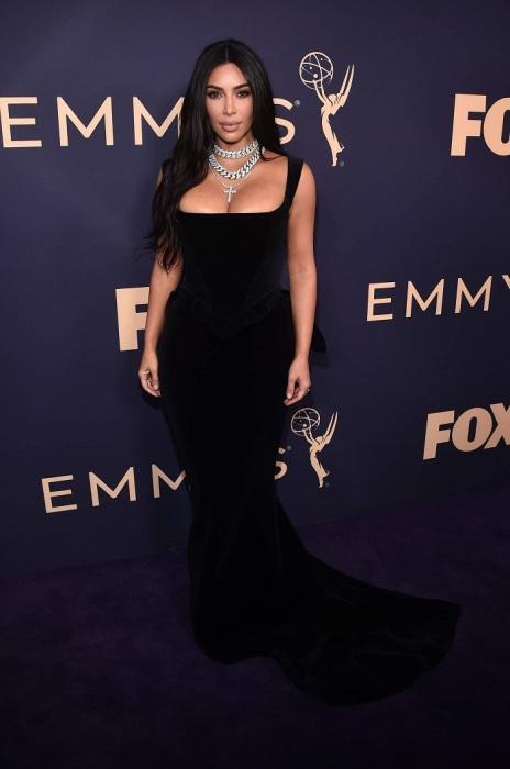 Ким Кардашьян в бархатном черном платье. / Фото: pronedra.ru