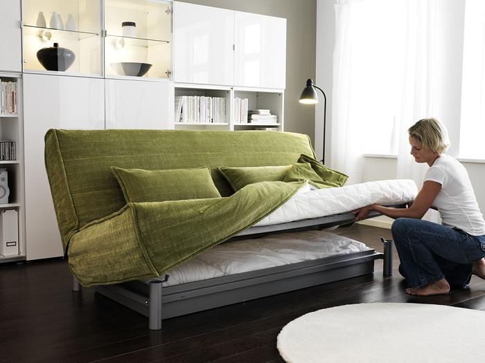 Чехол защитит раскладной диван от загрязнений. / Фото: proremont.ovh