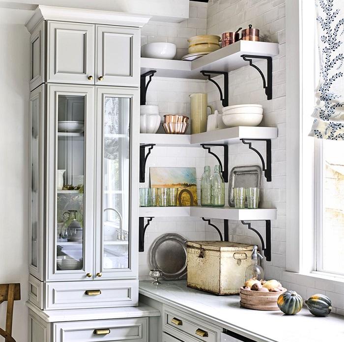 На открытых полках можно разместить посуду, банки для сыпучих. / Фото: psk-remont.ru