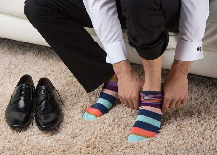 Новые носки, надетые посреди рабочего дня, подарят ногам ощущение легкости. / Фото: psychbook.ru