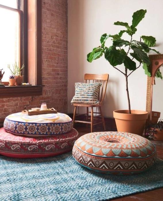Индийские пуфы могут стать акцентом в интерьере. / Фото: archidea.com.ua