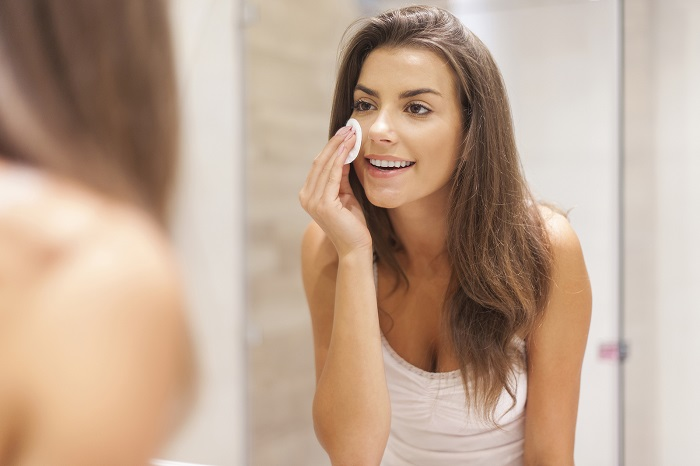 Протирать лицо нужно по массажным линиям. / Фото: puntomio.com