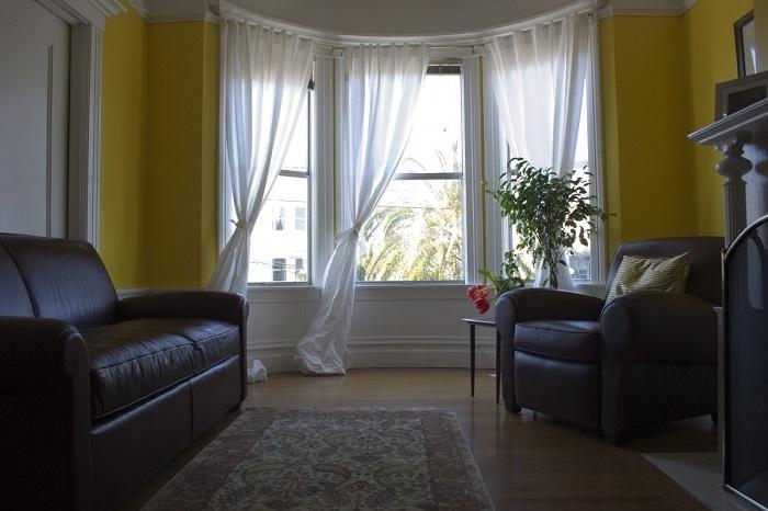 Если окна выходят на север, в комнате всегда сумрак. / Фото: pxhere.com
