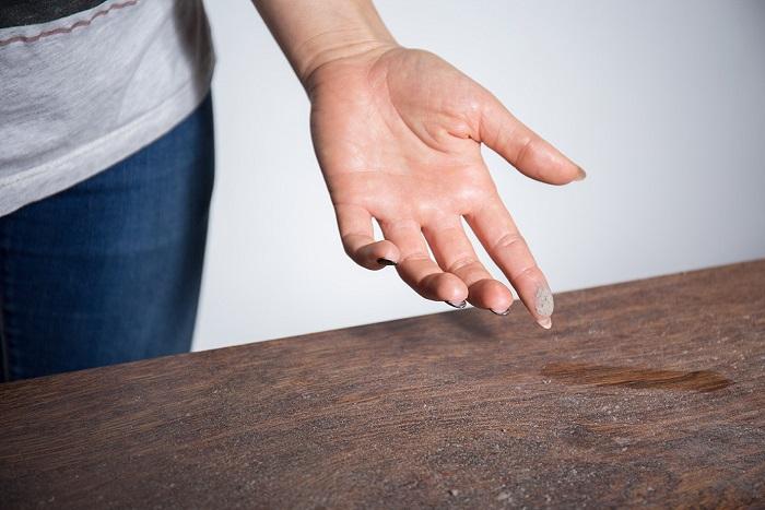 Слой пыли на столе сложно не заметить. / Фото: mysonnik.com