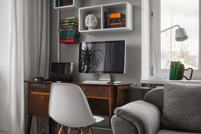 Установите стол с компьютером на одной стороне с диваном. / Фото: pinterest.ru