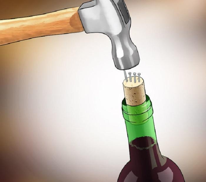 Вытащить пробку при помощи гвоздя и молотка невозможно из-за рыхлости материала. / Фото: / adionetplus.ru