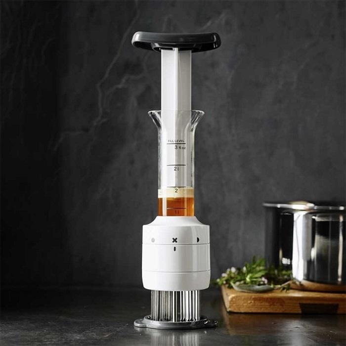Шприц-маринатор позволяет усилить аромат и сочность мяса. / Фото: rancho-store.ru