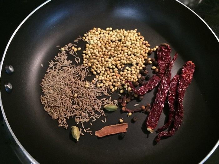 Чтобы усилить вкус и аромат специй, их нужно прокалить на сковороде. / Фото: royallib.com