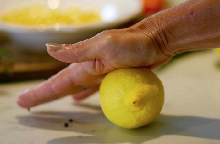 Раскатайте лимон, чтобы было легче выдавить из него сок. / Фото: kulinarniy-recepty.ru