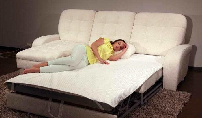 Раскладной диван не гарантирует крепкий и здоровый сон. / Фото: 1000000diy.ru