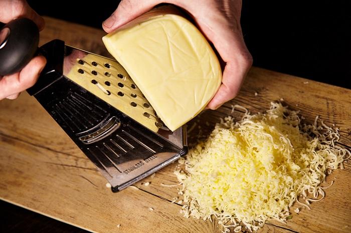 Натирать сыр нужно на смазанной маслом терке. / Фото: rechepts.ru