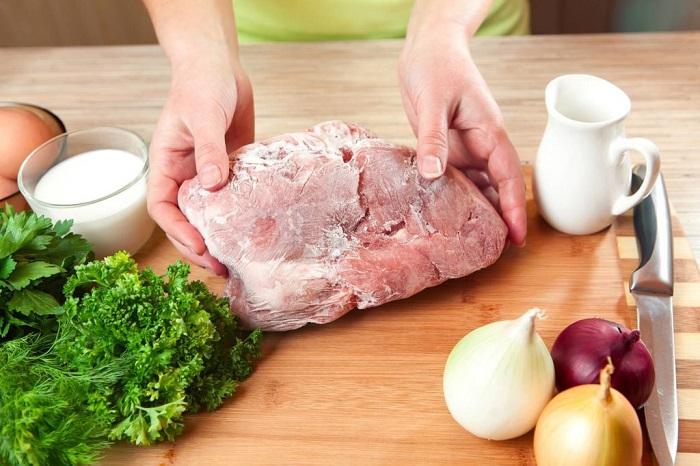 Размораживать мясо на столе вредно для здоровья. / Фото: redfoxday.ru