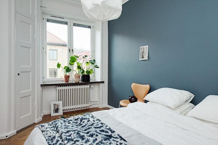 Акцентная стена делает спальню пропорциональнее. / Фото: regodesign.ru