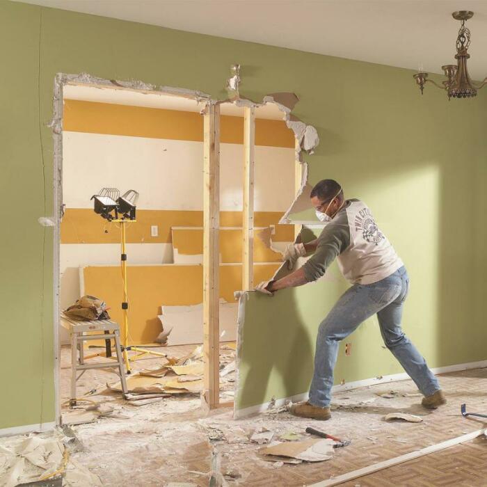 Даже гипсокартонные стены нужно убирать после консультации с профессионалом. / Фото: remont-podmoskovie.ru