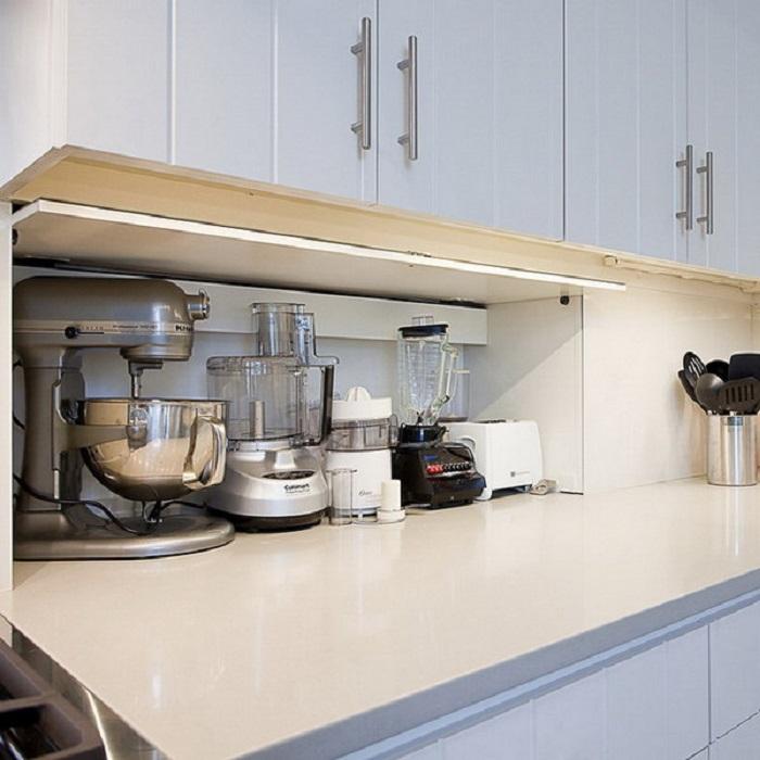 Бытовая техника занимает всю рабочую поверхность. / Фото: remont.boltai.com