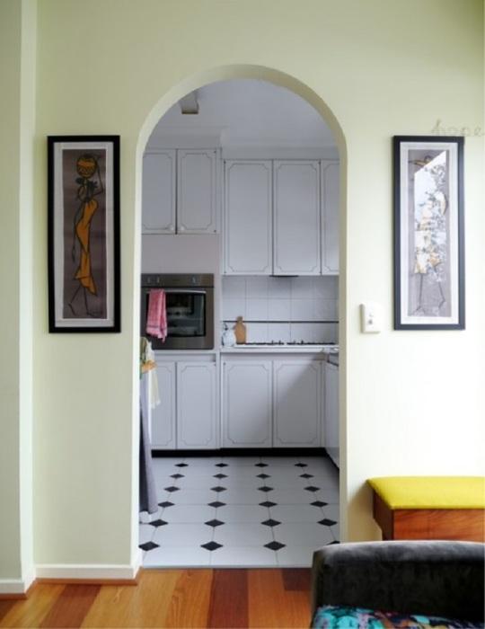 Вместо двери на кухню  сделайте арку. / Фото: remstroiblog.ru