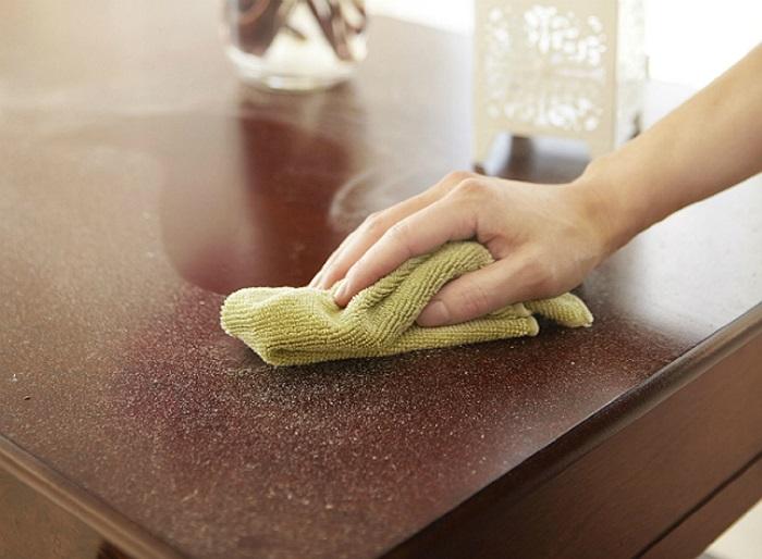 Влажную уборку нужно проводить после сухой. / Фото: retete-usoare.info