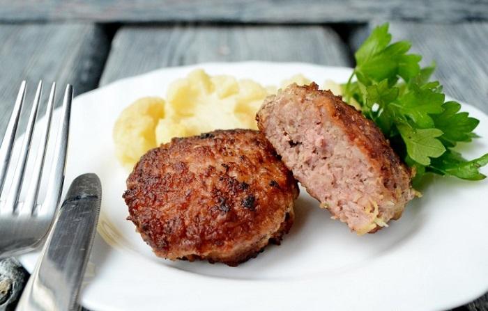 Мясо не должно быть розовым внутри. / Фото: kartinkinaden.ru