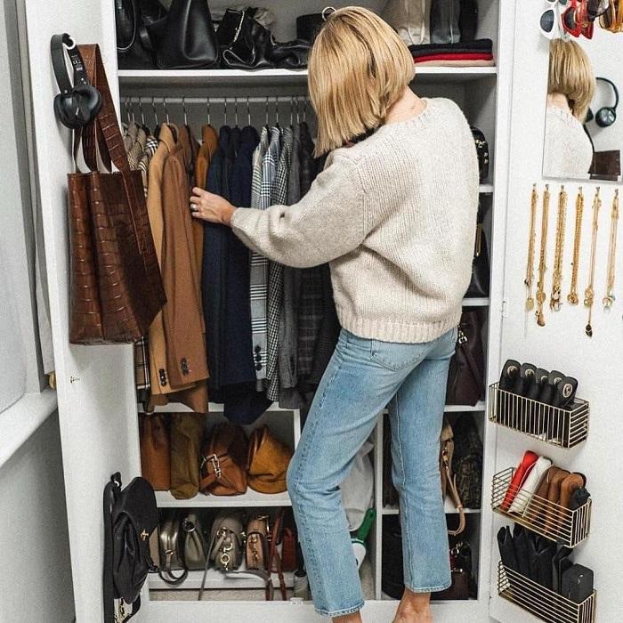 Для начала проверьте, какие вещи есть в шкафу. / Фото: golos.ua