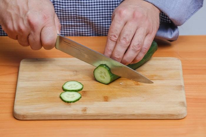 Нож должен без проблем нарезать овощи. / Фото: decor.modaistile.ru
