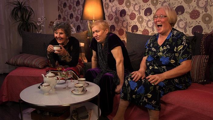 Тетки часто собираются за чаем и смотрят телевизор. / Фото: riabir.ru