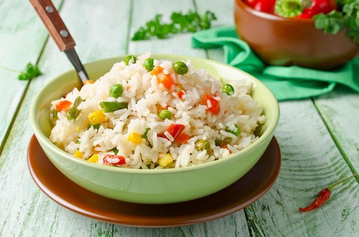 Рис с овощами нельзя оставлять при комнатной температуре. / Фото: fotostrana.ru