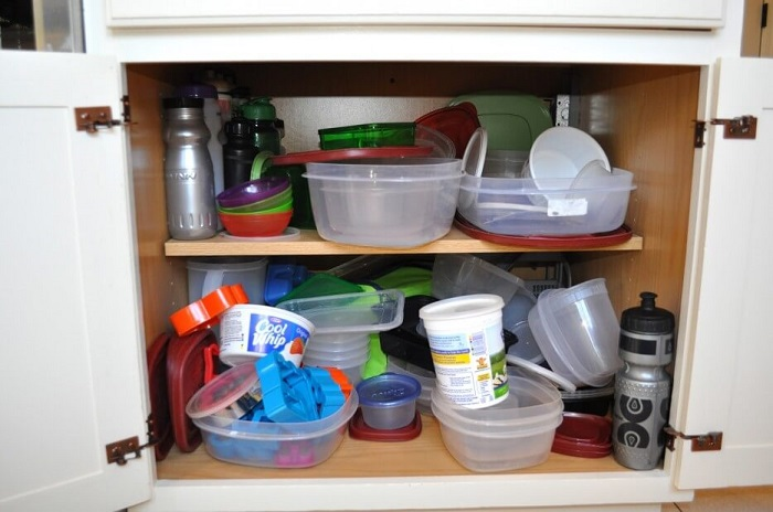 Проверьте шкафчики - в них может быть много ненужных контейнеров, посуды и девайсов. / Фото: roda.in.ua