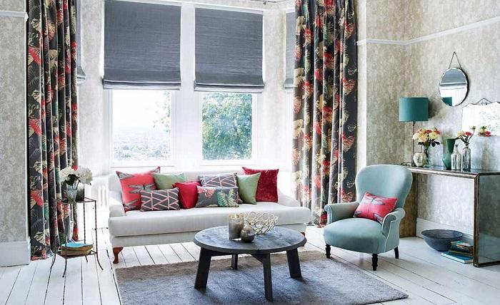 Шторы, ковры и диванные подушки привносят в интерьер уют. / Фото: roleton.com.ua