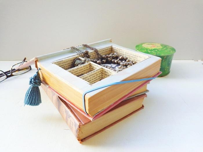 Шкатулка для украшений из книги. / Фото: roomandbath.com