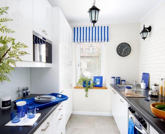 Синий текстиль и посуда отлично вписываются в белую кухню.