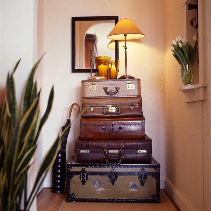 Если сложить несколько чемоданов друг на друга, то получится функциональная стойка. / Фото: roomester.ru