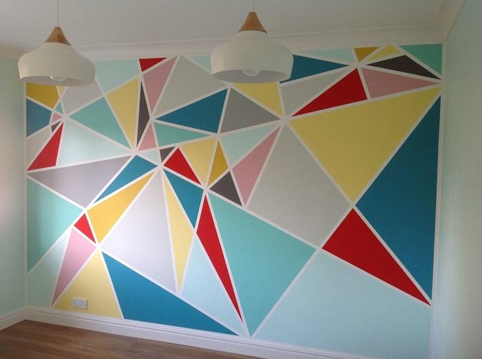 Яркие треугольники хорошо смотрятся в детской. / Фото: qulady.ru