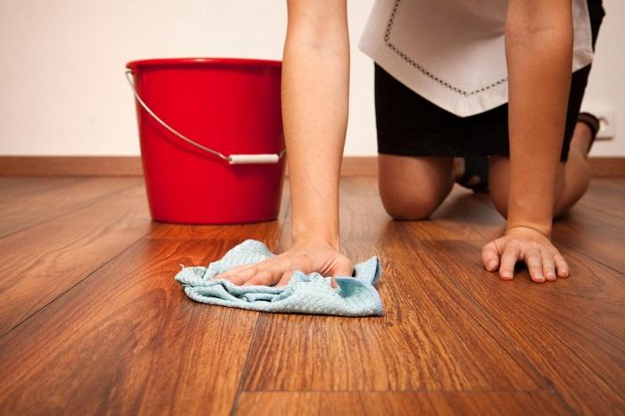 Одной тряпкой нельзя натирать пол и устранять пыль. / Фото: roswellpark.org