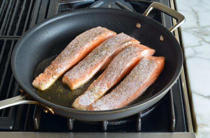 Рыба прилипает к сковороде. / Фото: ru24.net