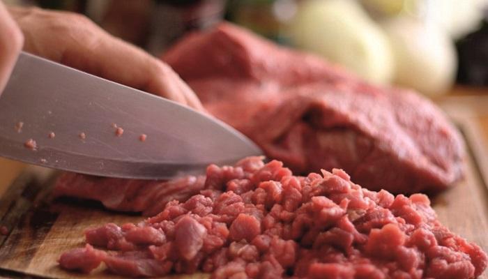 Сочный фарш получается из рубленого мяса. / Фото: professionali.ru