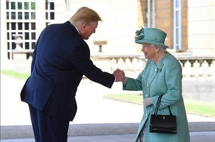 Королева Великобритании Елизавета II здоровается с президентом США Дональдом Трампом. / Фото: rusinfo.eu