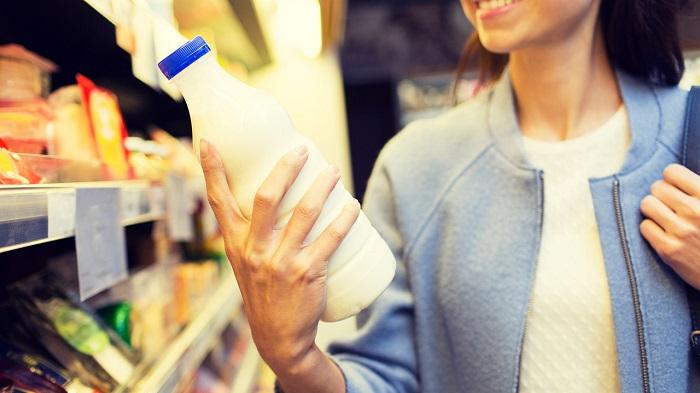 Лучше за раз покупать одну бутылку молока. / Фото: ryazagro.ru