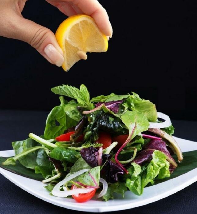 Лимонный сок даст салату пикантную кислинку. / Фото: fb.ru