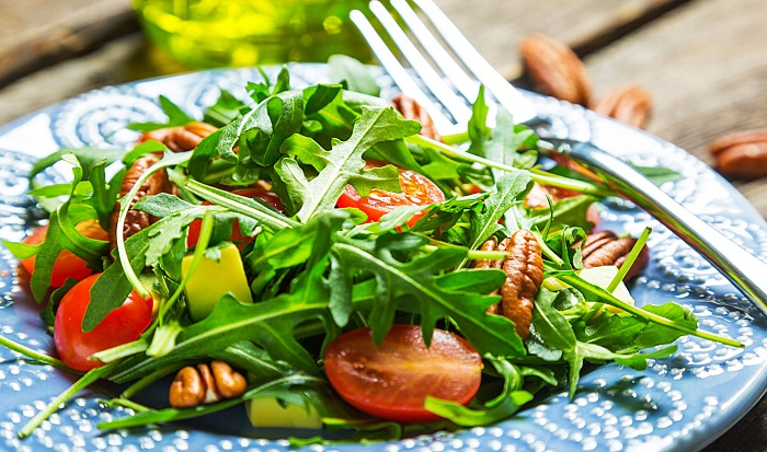Салат с рукколой выглядит более объемным и аппетитным. / Фото: primemeat.ru