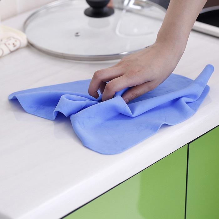 Полотенце из микрофибры хорошо впитывает воду. / Фото: severdv.ru